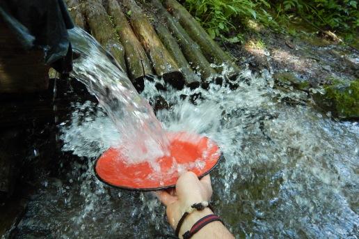 Po posilku kazdy myje po sobie. Bieszczady z jaktoblisko.com