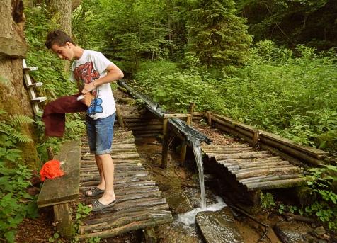 Umywalnia na bazie namiotowej w Lopience. Bieszczady z jaktoblisko.com