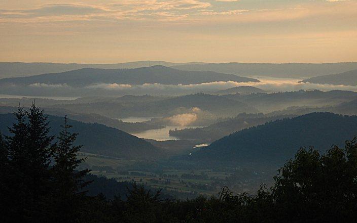 Widok na Jezioro Solinskie z Korbani. Bieszczady z jaktoblisko.com