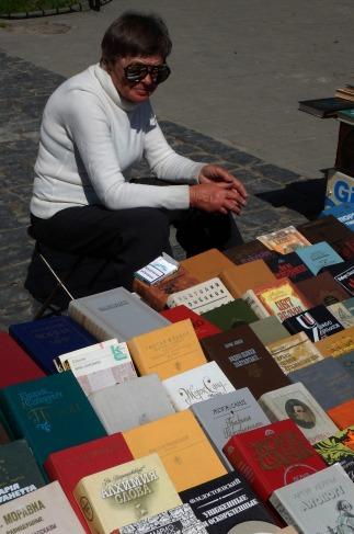 Lwów - kobieta sprzedająca książki