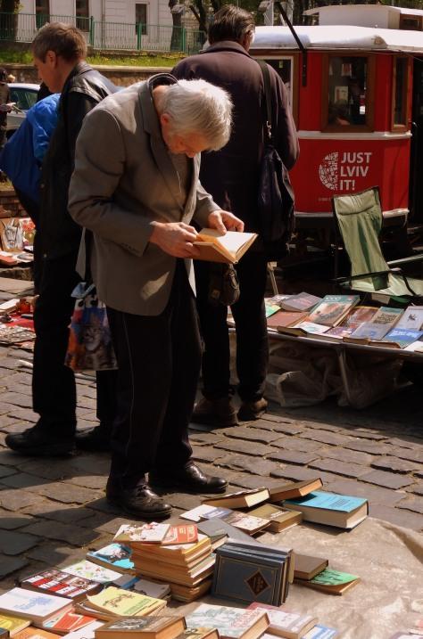 Starszy człowiek na lwowskim targu